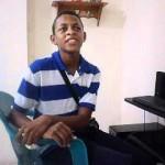 Niño con discapacdad visual estudiando
