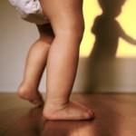 Bebé dando sus primeros pasos