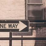 flecha señalando un único camino