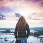Foto de una mujer mirando a lo lejos