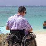 Foto de una hombre en silla de ruedas en la playa