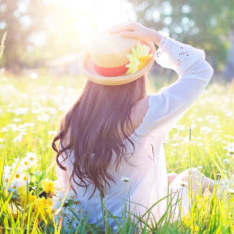Foto de una mujer en un campo de flores