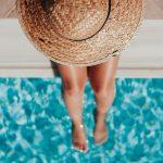 Foto de una mujer con sombrero en la piscina