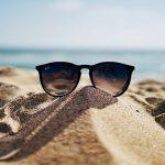 Foto de gafas en la arena