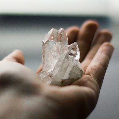 Foto de una mano sujetando una piedra con supuestos poderes mágicos