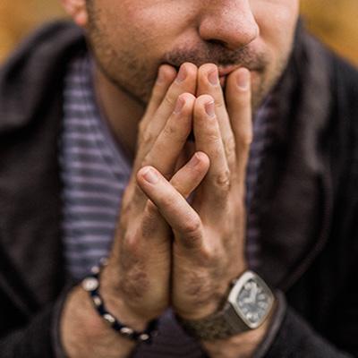 Foto de una persona pensando antes de tomar una desición