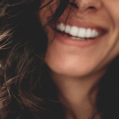 Foto de una mujer sonrriendo