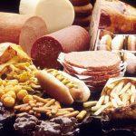 Foto en la que aparece un monton de comida con muchas grasas