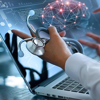 Doctores mirando una gráfica del cerebro