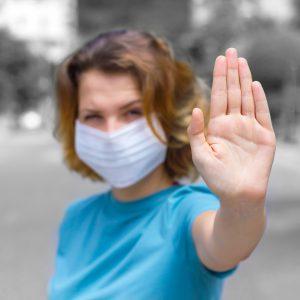 Mujer con la mano en señal de STOP