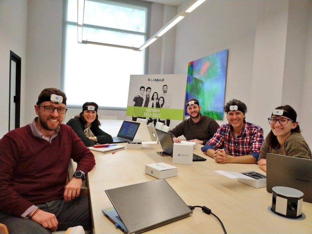 foto del equipo investigador con el dispositivo en la cabeza entes de comenzar esta segunda fase